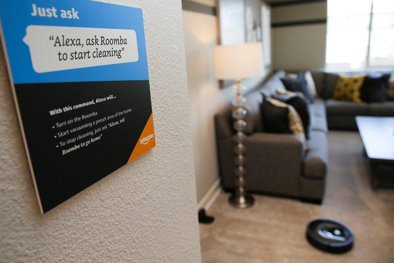 掃地機器人不僅徹底翻轉「居家」的意義,也意謂著使用者無時不刻不在偵測器和攝影機的監控之中。 圖/路透社