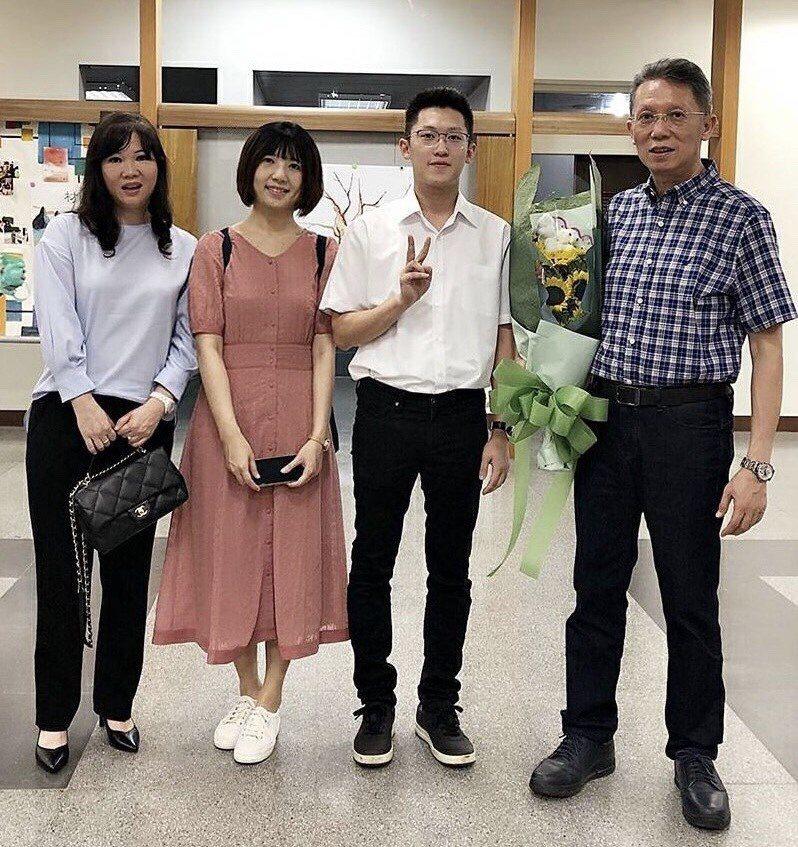 柳紀綸(右)全家福,攝於今年6月兒子的畢業典禮。