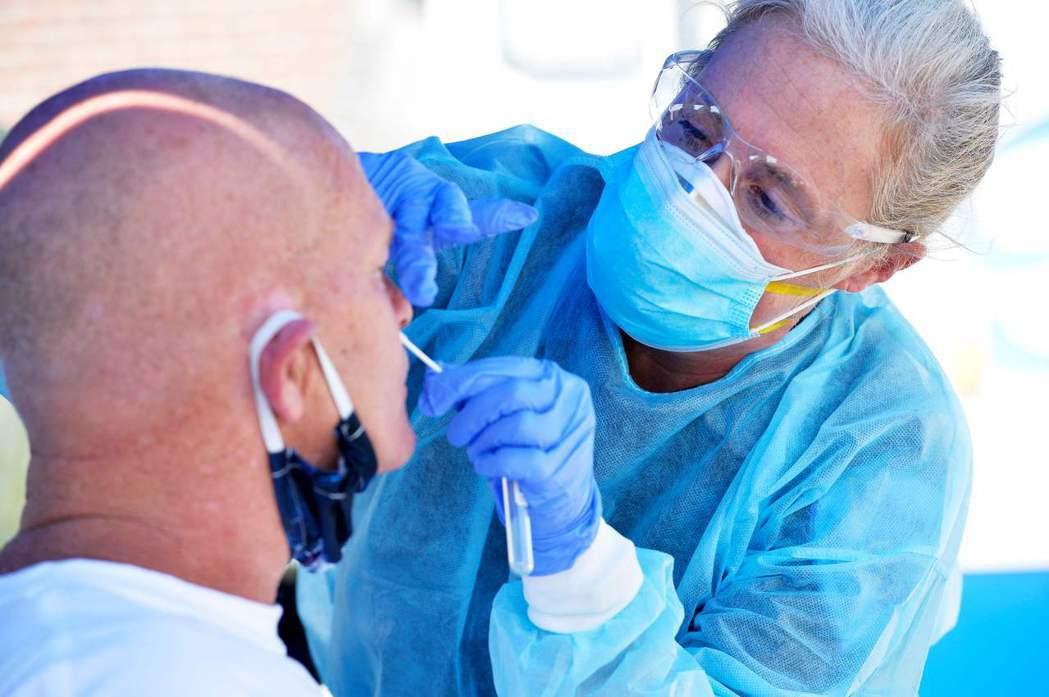 醫務人員正在為麻州沿海的艾佛瑞特海灘居民檢測病毒。 美聯社