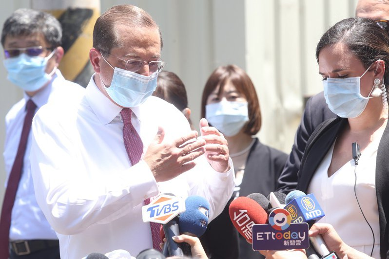 美國衛生部長阿查爾(左)訪問台灣的最後一個行程,到五股參觀口罩工廠,離去前近距離短暫回應媒體提問。記者林俊良/攝影