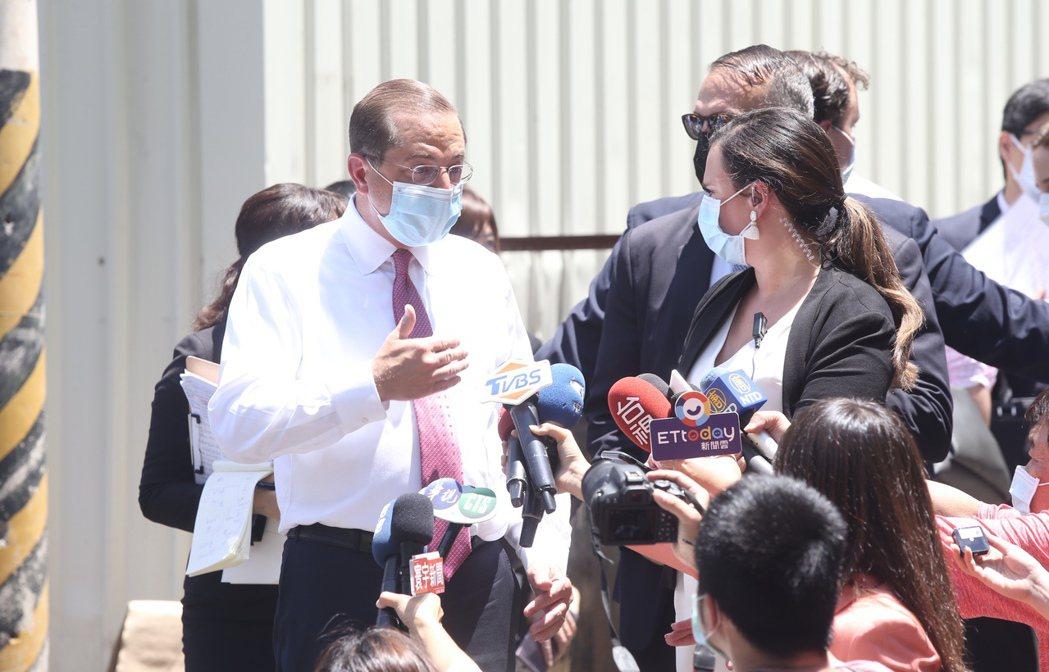 美國衛生部長阿查爾(左)訪問台灣的最後一個行程,到五股參觀口罩工廠,離去前近距離...