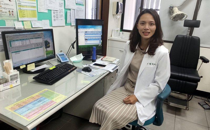 31歲女醫師賴祐廷出身台東,12日起正式在金峰鄉衛生所為鄉親看診,她說,她知道公費生須到偏鄉服務,因此在奇美醫院專訓就選擇肝膽腸胃內科,一方面是自己的興趣,一方面也是偏鄉的需求。中央社