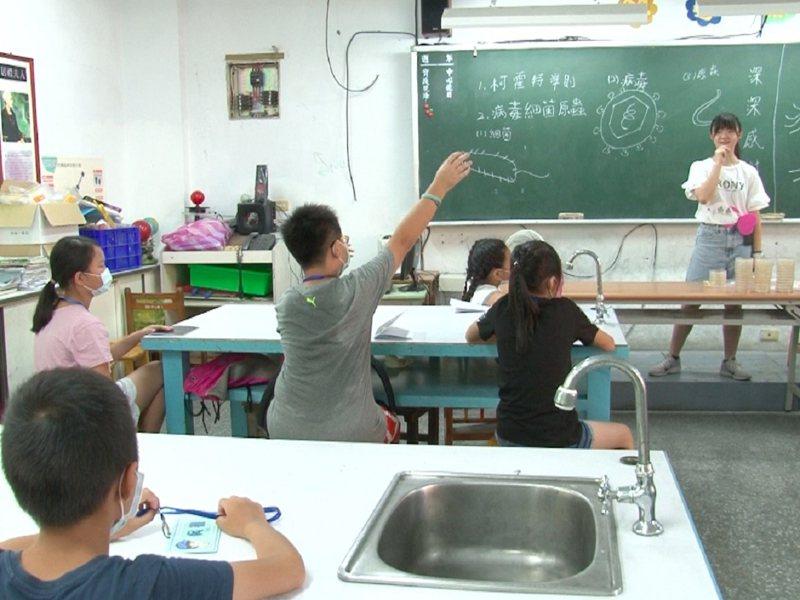 淡水區鄧公國小潛能開發營由建中、北一女以及中山女高的畢業校友所自發籌辦,引發學弟妹學習興趣。 圖/紅樹林有線電視提供