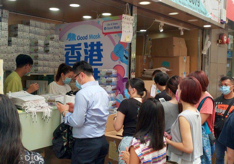 香港人賴以自豪的「香港製造」,九月廿五日以後輸美,都要改成「中國製造」。圖為香港民眾在灣仔排隊搶購「香港製造」的口罩。(中新社)