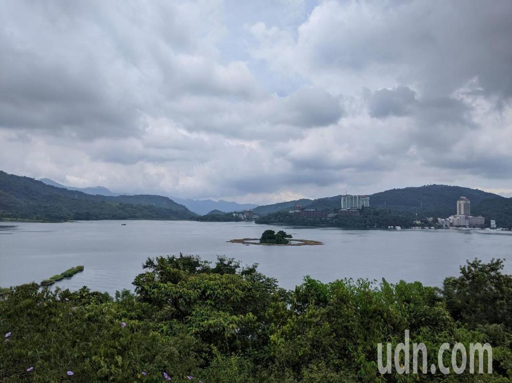 今天西南風持續為台灣附近帶來水氣,大氣很不穩定,迎風面南部、東南部有局部陣雨或雷...