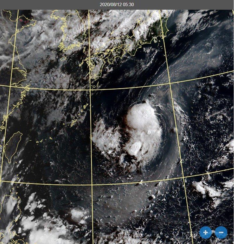 鄭明典在臉書表示,熱低8號在太平洋高壓中間發展,對流受抑制,低層環流範圍也不大,但是持續存在,並沒有消散的跡象,需持續觀察。圖/取自鄭明典臉書