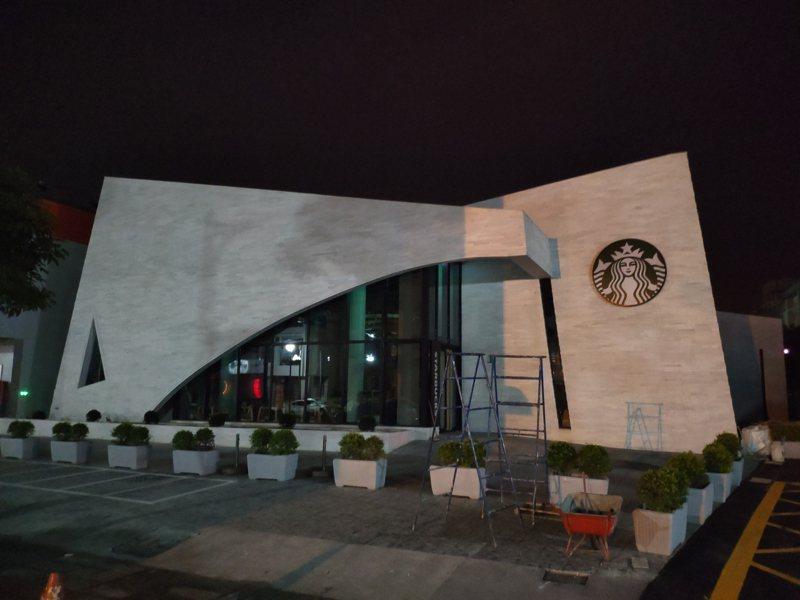 南科周遭發展迅速,星巴克咖啡台南新市門市周五將開幕,白色牆面外觀醒目。記者謝進盛/攝影