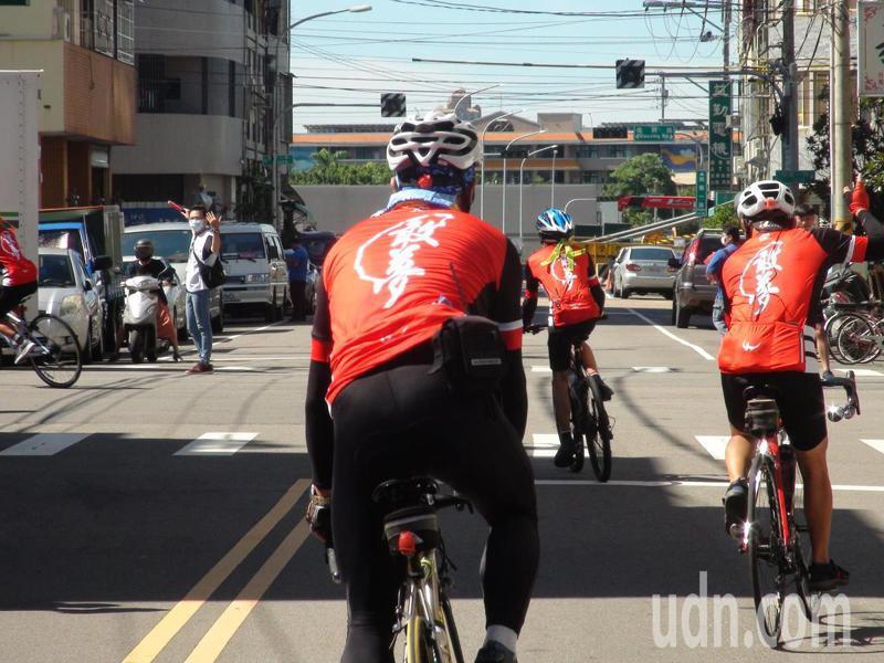 大中華婦幼關懷成長協會18名弱勢學童今早騎乘單車從台中市潭子區本願山彌陀講堂出發,挑戰10天完成近800公里的單車環台。記者余采瀅/攝影