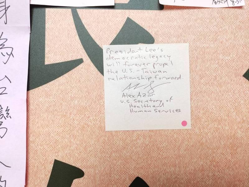 美國衛生部長阿查爾今天上午到台北賓館弔唁前總統李登輝,並在留言牆上留下紙條。記者徐偉真╱攝影