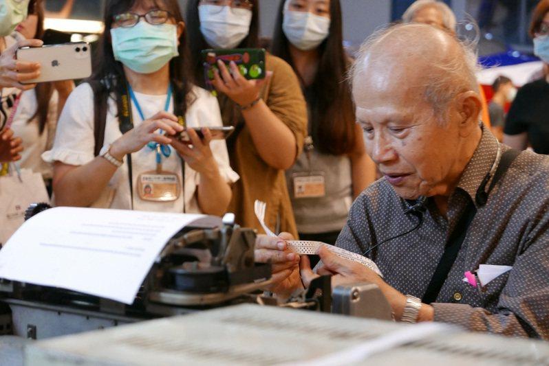 從事電報設備維修46年經驗的81歲電信工程師陳安順,展演當年電報收發報流程、敘說電報年代的故事。圖/科工館提供