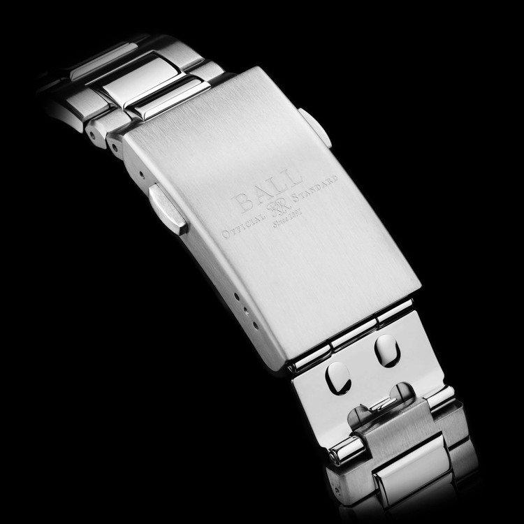 可調節延長寬度的金屬表帶,可適應配戴於潛水衣外的不同需求。圖 / 波爾表提供。