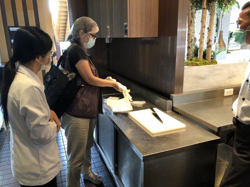 圖為宜蘭縣衛生局人員在礁溪老爺疑似食品中毒案爆發後到酒店採集檢體。圖/宜蘭縣衛生局提供