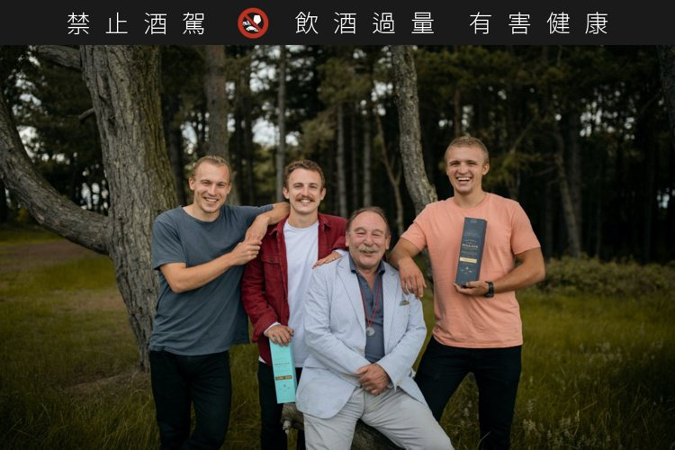 威士忌教父Charles Maclean(右二),與三個兒子Ewan、Jamie...