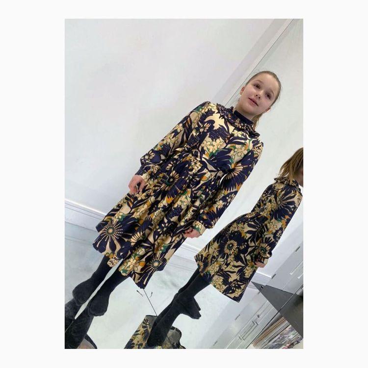 貝克漢女兒哈潑穿上Victoria Beckham今年秋冬70年代印花洋裝。圖/...