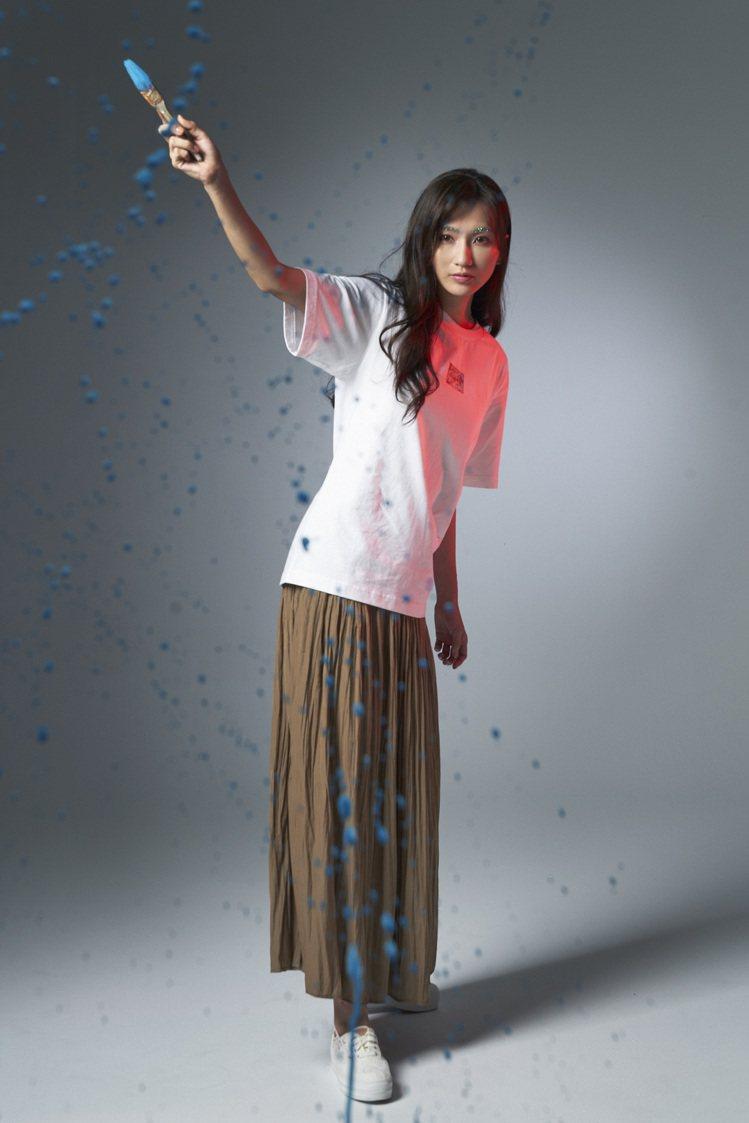 廣告正妹幸潔演繹米津玄師與UNIQLO聯名的UT系列服飾590元。圖/UNIQL...