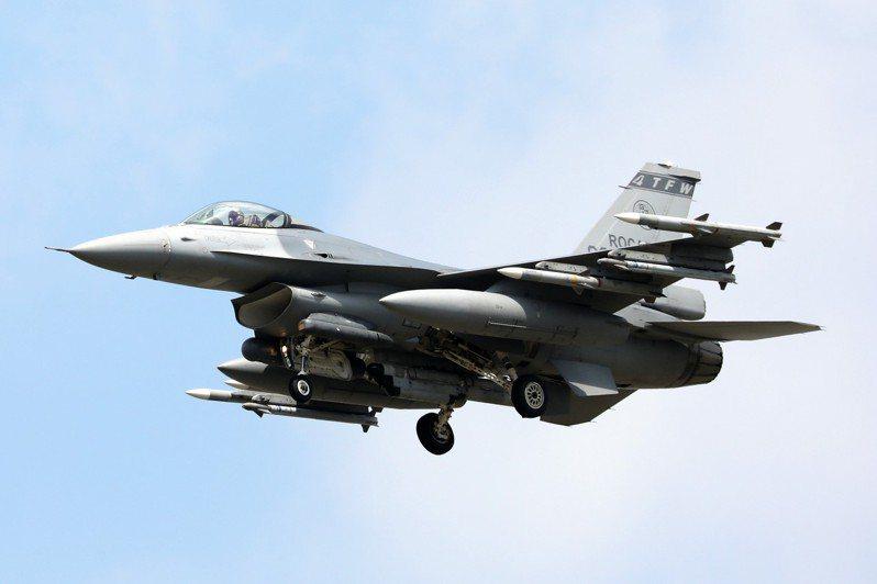 後天空軍節83周年紀念,航空迷上午發現空軍嘉義基地第四聯隊多架F-16戰機,機翼下掛滿飛彈升空,與平常未掛滿飛彈、單飛情形不同,讓人感受氣氛緊張。圖/航空迷提供