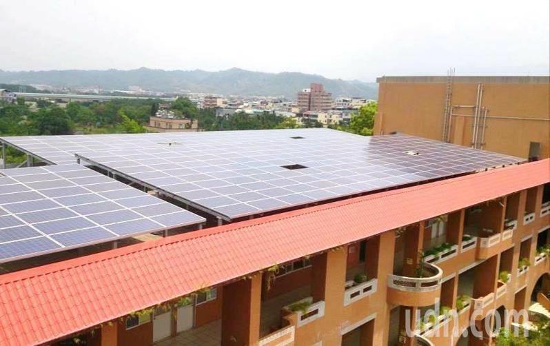 南投縣教育處盤點校園電力設施和太陽能系統,為教室裝設冷氣政策做好準備。圖/南投縣政府提供