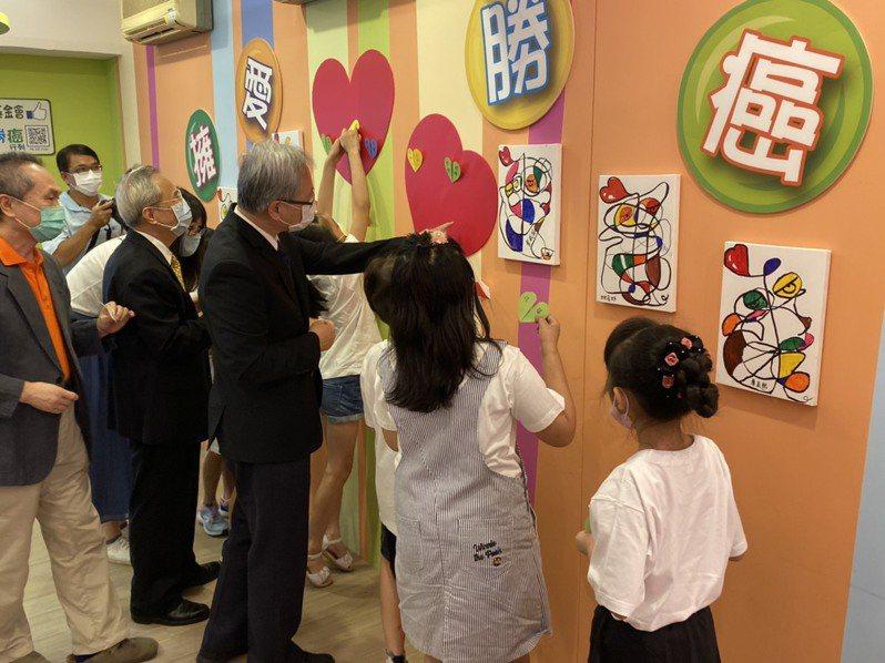 兒癌基金會董事長林東燦、國健署署長王英偉(左二、左三)等人,貼上愛心並寫上鼓勵的話,給癌童最大的支持。記者簡浩正/攝影