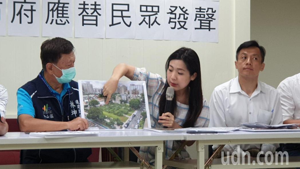 議員徐巧芯(中)表示,松山延吉社宅皆為單行道,社宅又僅提供175戶,效能低又造成...
