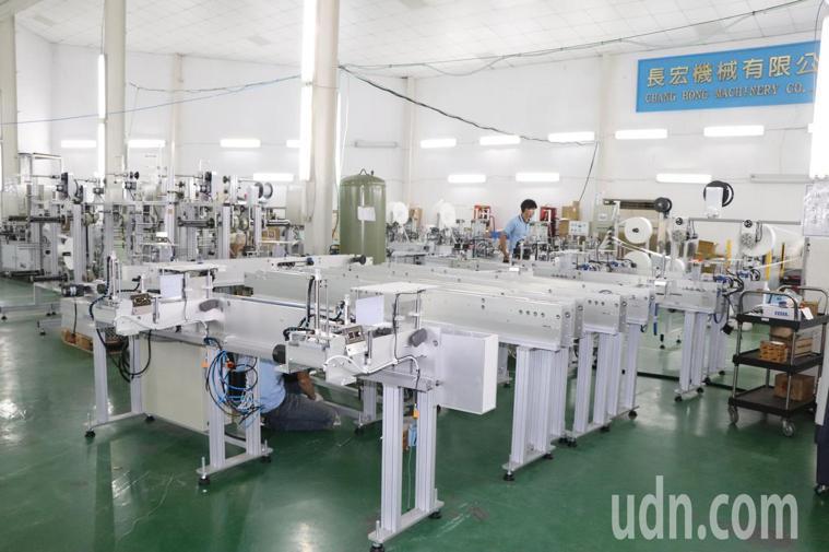 長宏機械公司主要生產製造口罩的機器。記者吳亮賢/攝影