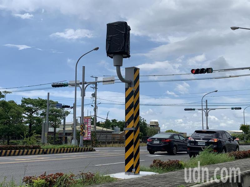 台南市新化區台19甲外環道與信義路口,新增固定拍照桿。記者吳淑玲/攝影