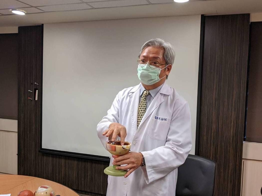 書田診所眼科主任醫師廖昶斌表示,3C產品普及,讓近視有年輕化趨勢。圖/書田診所提...