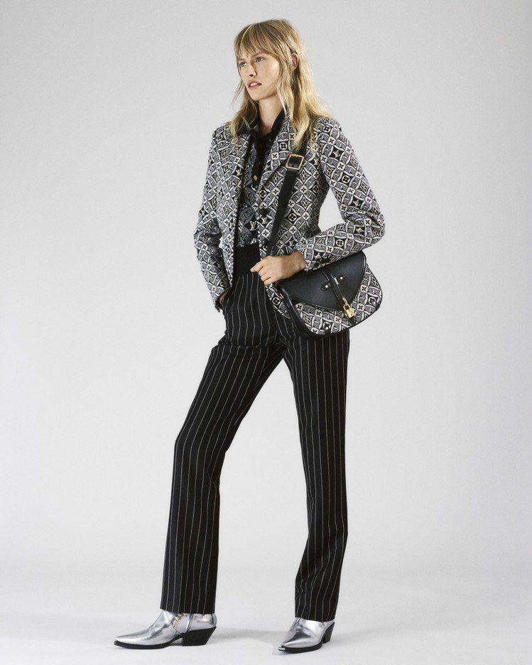 模特兒身穿以皮革和Since 1854緹花打造的服裝,配襯Neo Saumur側...