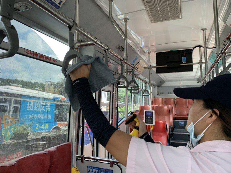 新北交通局指出,國內新冠肺炎疫情升溫後,稽查人員平均一周1次的站上防疫稽查增加為一周2次。圖/新北交通局提供