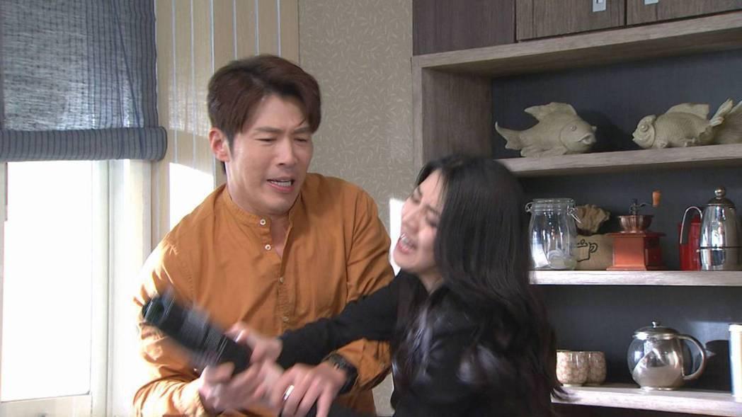 黃少祺(左)和韓瑜的對手戲非常精彩兩人都用盡全力在演出。圖/三立提供