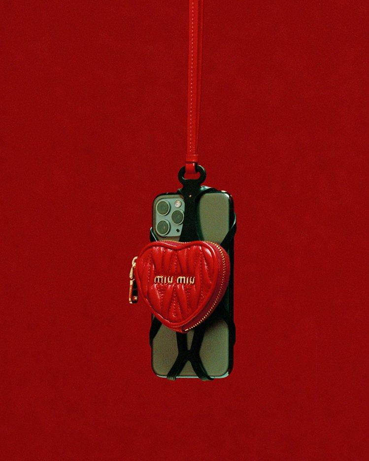 Matelassé 愛心皮革多功能手機套15,000元。圖/MIU MIU提供
