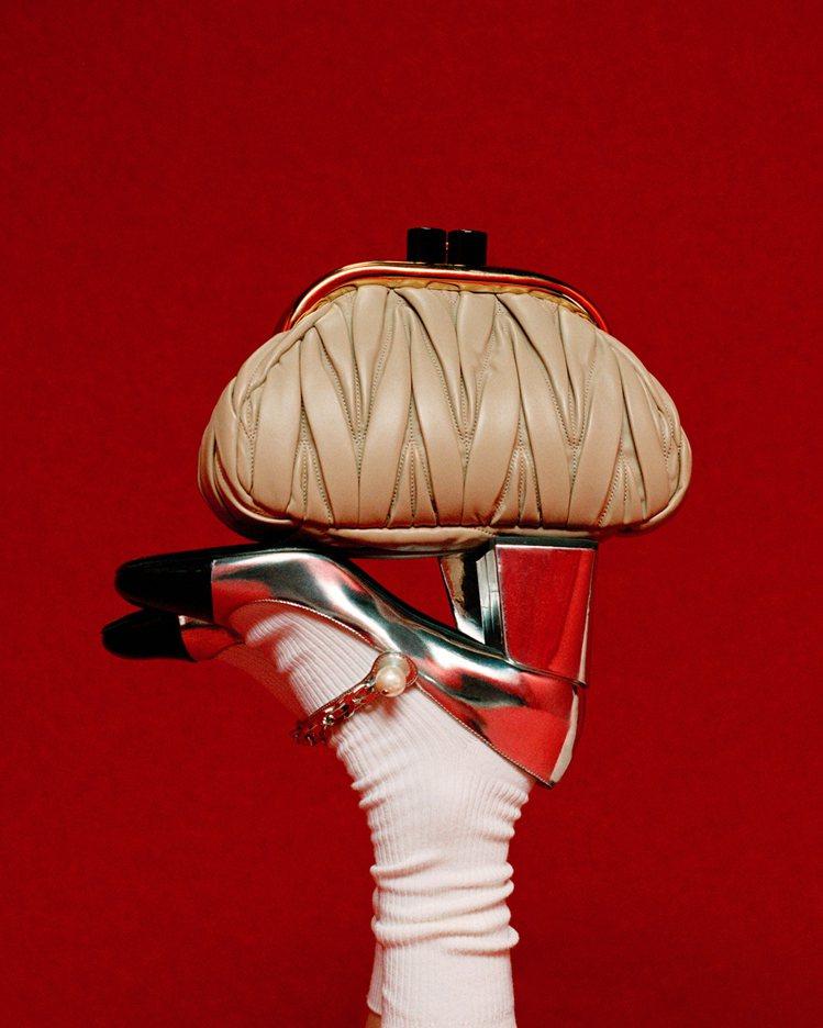Miu Belle皮革肩背包 81,000元,珍珠綴飾瑪莉珍跟鞋30,000元。...