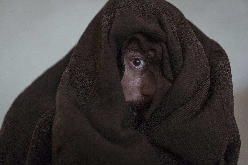《隱藏的畫家》最受讚譽的一幕,利加布單眼隱身在黑布。捷傑提供