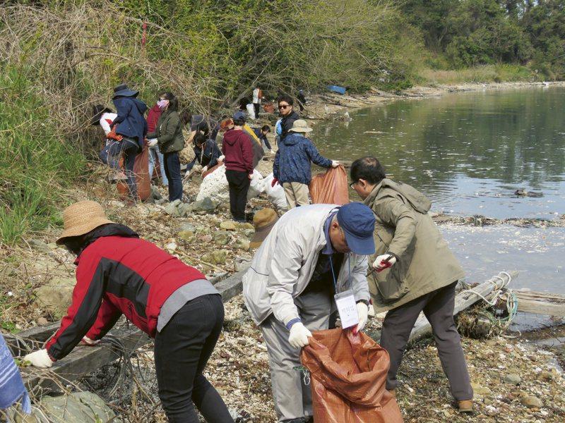 ORIS與南韓環境保育組織KFEM合作,限量腕表的部分收入將捐贈後者,支援河川整治,全球限量2,000只。圖 / ORIS提供。
