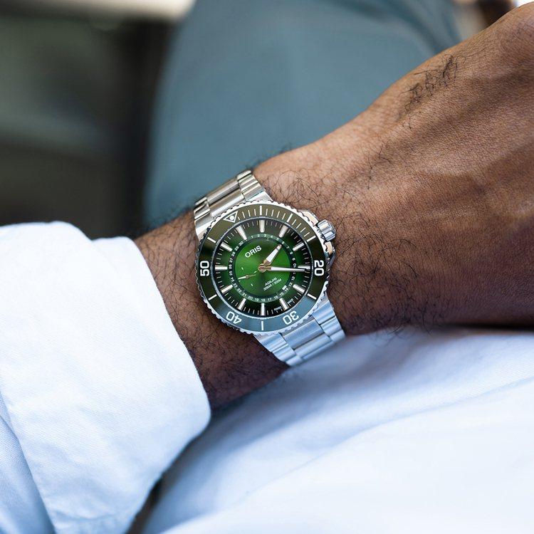 精鋼表殼搭配綠色表圈、表面,帶來生意盎然的環保聯想。圖 / ORIS提供。