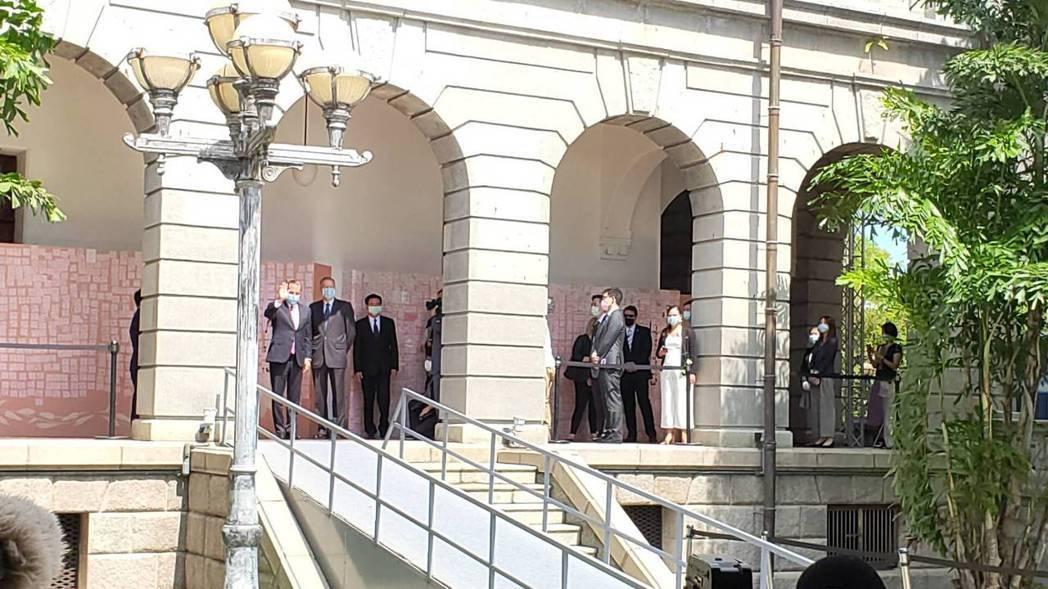 美國衛生部長阿查爾下午搭乘美國軍機離台,圖為他今天上午到台北賓館,代表美國人民追...