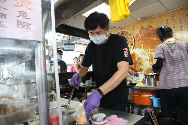 一甲子餐飲的李老闆表示,希望在忙碌之餘,仍可維持店內的口味與品質。記者陳睿中/攝...