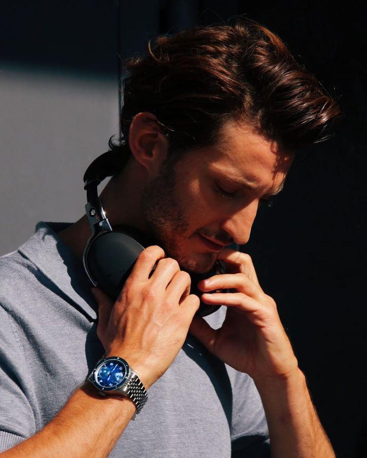 Pierre Niney一手配戴Montblanc雙時區腕表、同時展示正配戴智慧...