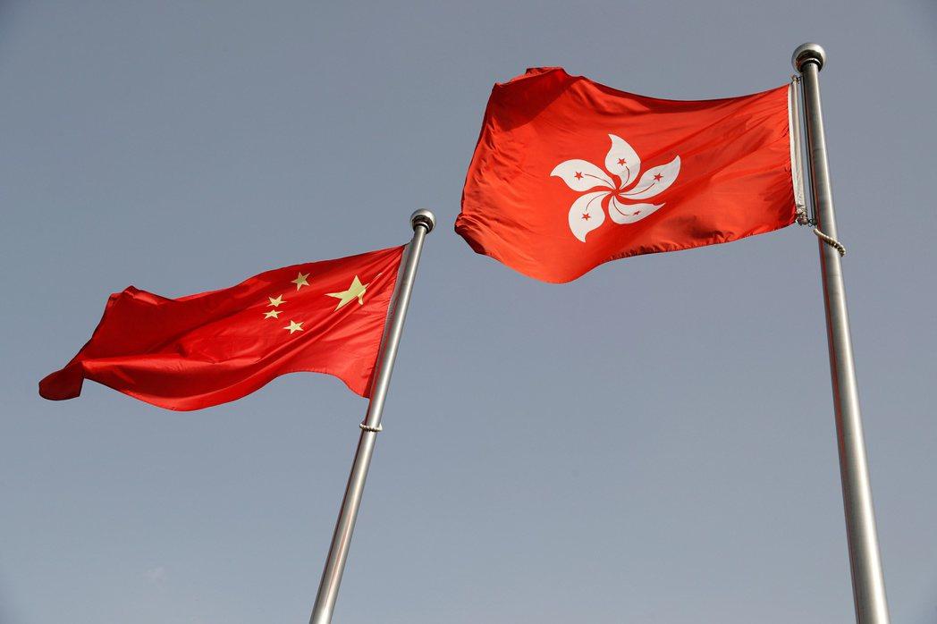 知情人士透露,在香港設有分行的中國大型國營銀行,正採取暫時行動配合華府制裁中港官...