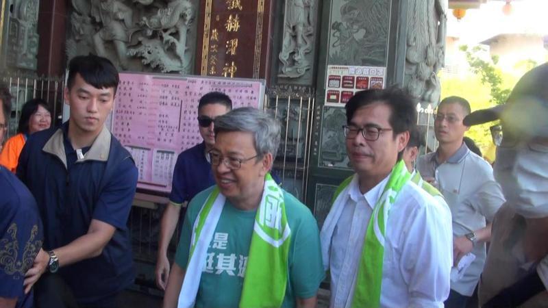 陳建仁一到場即披上「邁應援毛巾」,為陳其邁助陣。記者王昭月/攝影