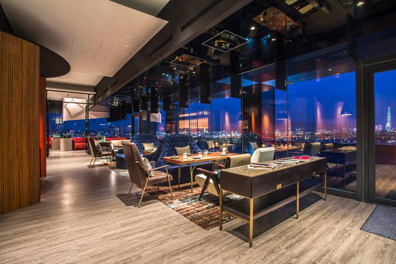 台北萬豪酒店「最潮高空酒吧餐廳」INGE'S Bar  Grill推浪漫情人節大餐。圖/台北萬豪酒店提供