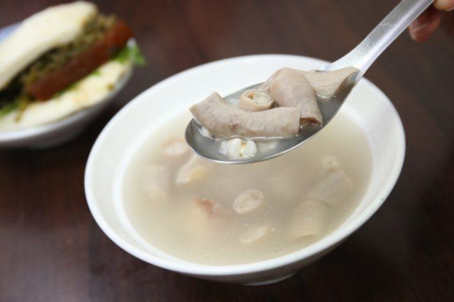 源芳刈包店內也提供有四神湯等湯品。記者陳睿中/攝影