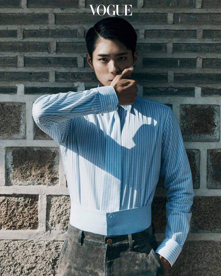 朴寶劍穿路易威登2020秋冬系列登上《VOGUE Korea》8月號。圖/取自I...