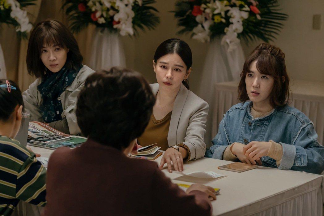 左起謝盈萱、徐若瑄、孫可芳飾演三姐妹。圖/威視提供