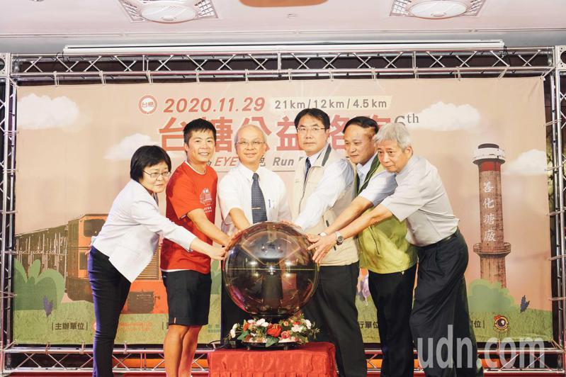 台糖公益路跑下午舉辦啟動記者會,市長黃偉哲(右三)與台糖董事長陳昭義(左三)等人都參與。圖/台糖提供