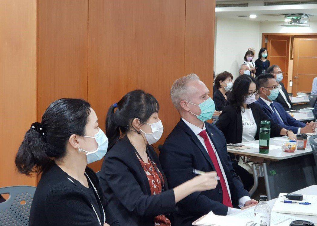 台灣區保德信人壽總經理麥尚恩(右)今仍帶翻譯出席金管會的會議。記者戴瑞瑤/攝影。