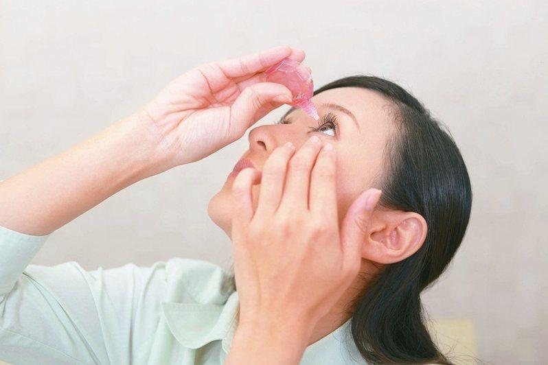 醫師提醒,眼睛乾澀的原因很多,選錯眼藥水反而弄巧成拙。圖/123RF