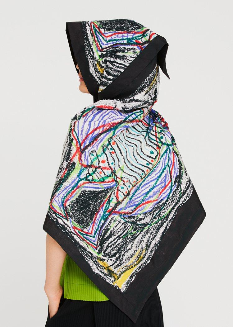 黑田連帽雨衣,4,600元。圖/me ISSEY MIYAKE提供
