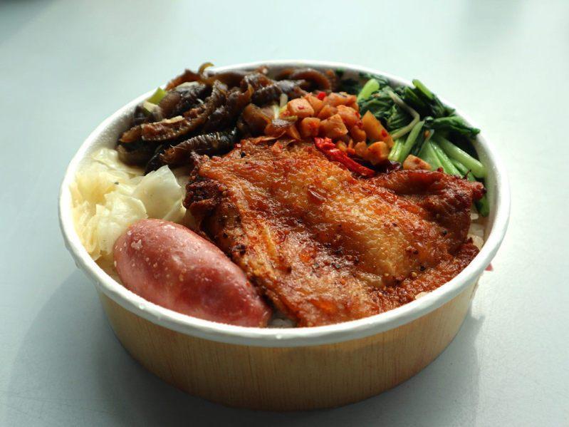即日起周一至周五每日限量40個百元有找捷客鮮特餐,圖為「豪華雙拼-紐奧良雞腿愛上豬」特餐。圖/北捷提供
