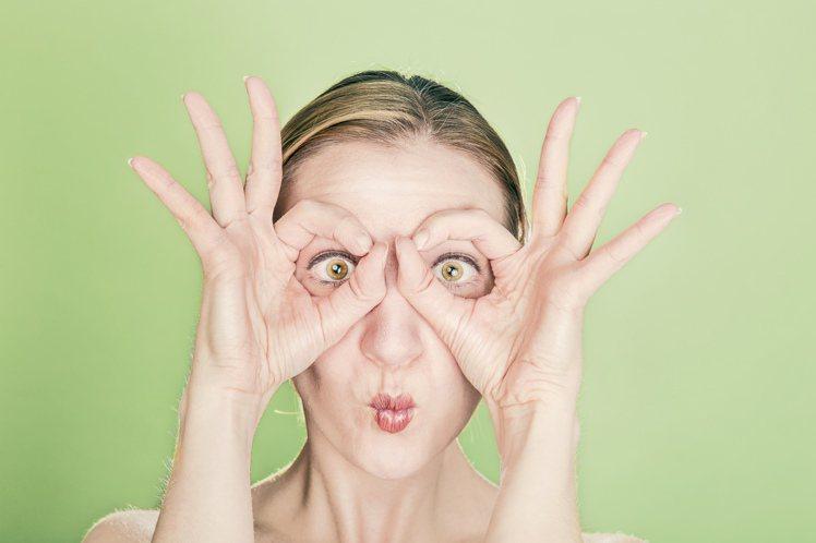 揉眼睛,容易傷害到眼周脆弱的肌理,細紋也跟著產生。圖/摘自 pexels