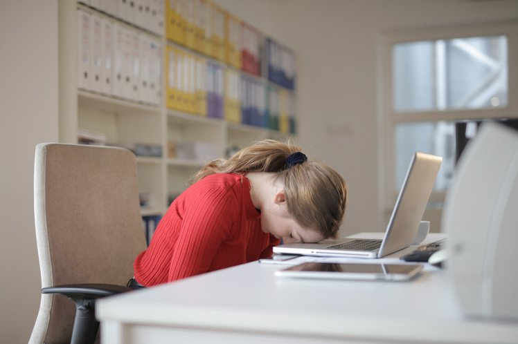 趴睡可能會造成面部的壓力及壓痕,久而久之皺紋就出現了。圖/摘自 pexels